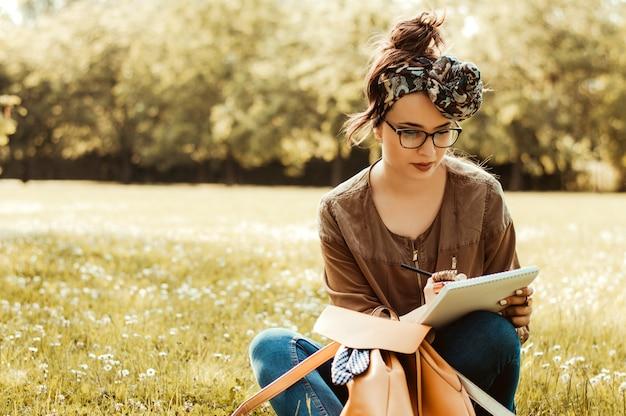 Menina, ligado, natureza, escrita, em, um, caderno