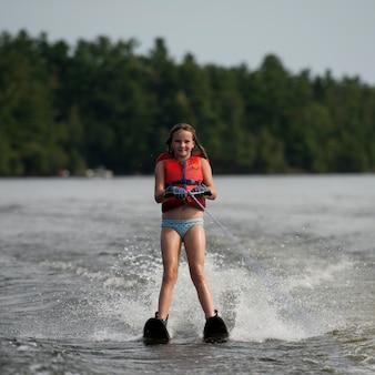 Menina, ligado, waterskis, em, lago, de, a, madeiras, ontário
