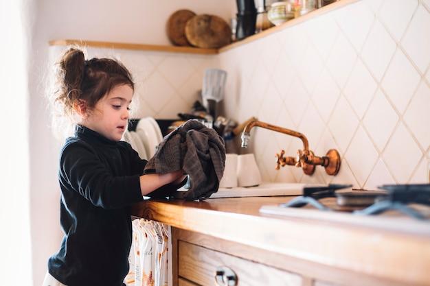 Menina, limpando, dela, mão, com, toalha, em, cozinha