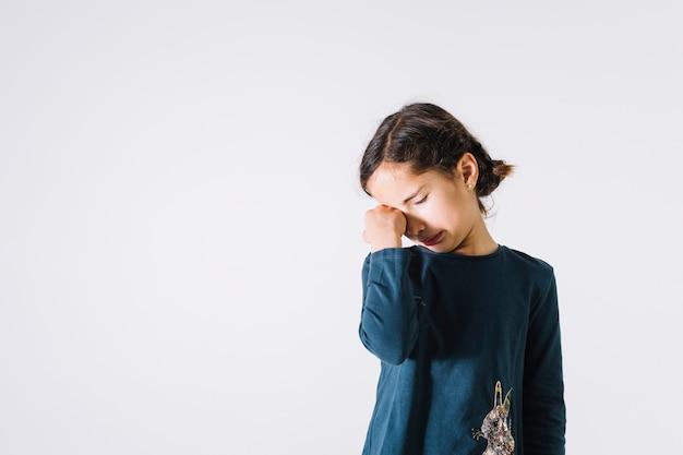 Menina, limpando lágrimas