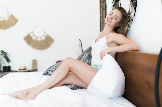 Menina linda acorda de manhã em casa