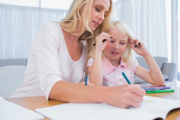 Menina linda com desenho de sua mãe
