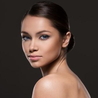 Menina linda com rosto bonito