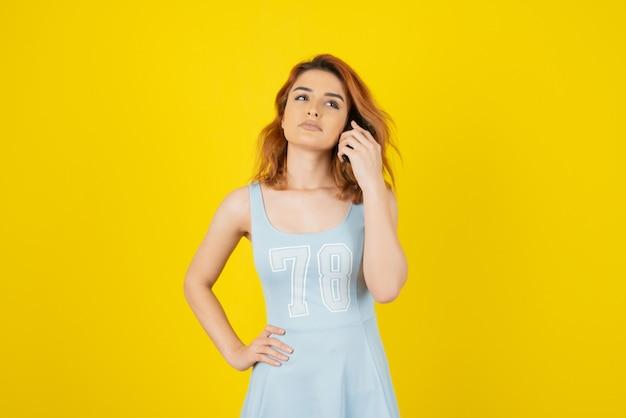 Menina linda com um vestido azul amarelo.