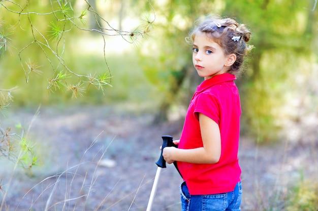 Menina linda criança trekking na floresta do parque