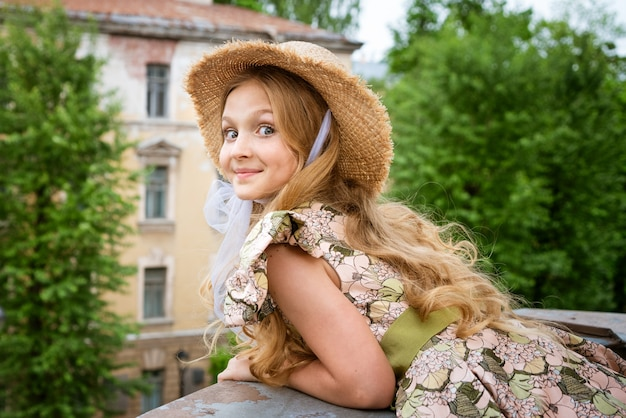 Menina linda de vestido na varanda