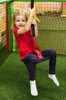 Menina linda, desfrutando de playground