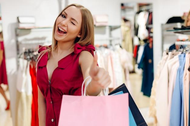Menina linda e feliz comprou coisas bonitas na boutique