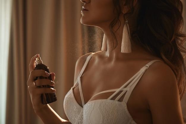 Menina linda e sedutora modelo morena com corpo sexy perfeito em apl ...