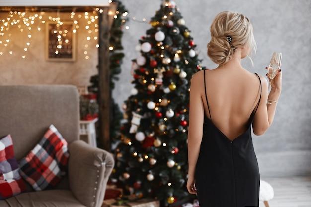 Menina linda e sexy modelo loira com corpo perfeito no vestido preto