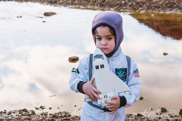 Menina linda em traje de astronauta