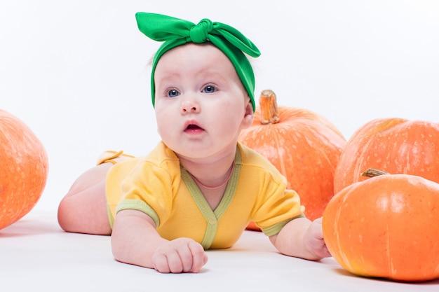 Menina linda em um corpo amarelo com laço verde na cabeça