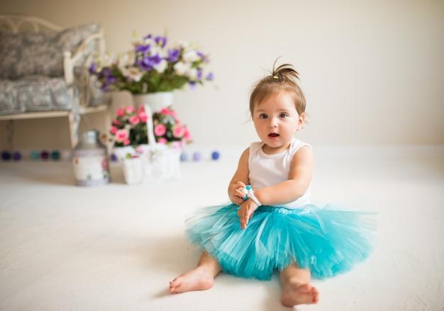 Menina linda em uma saia azul inchada