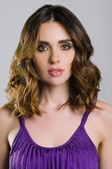 Menina linda modelo com cabelo longo ondulado e brilhante