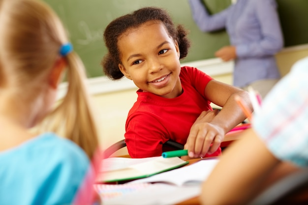 Menina linda na sala de aula