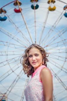 Menina loira, aproveitando o verão no parque