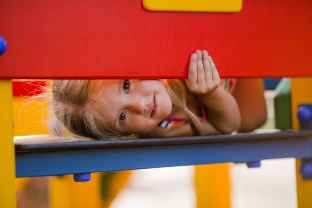 Menina loira brincando na cidade infantil