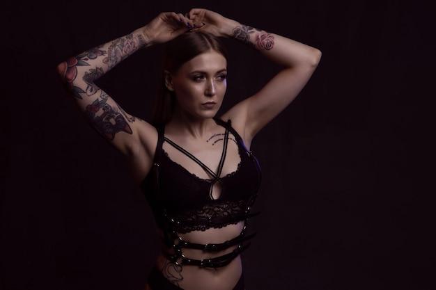 Menina loira com corpo perfeito em cueca em fundo escuro isolado