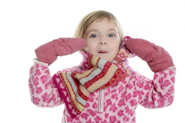 Menina loira com lenço rosa e luvas