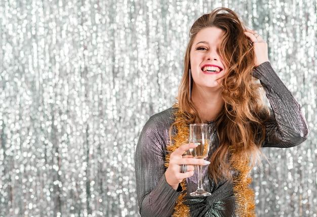 Menina loira com taça de champanhe