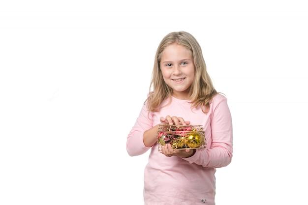 Menina loira com um presente em forma de coração