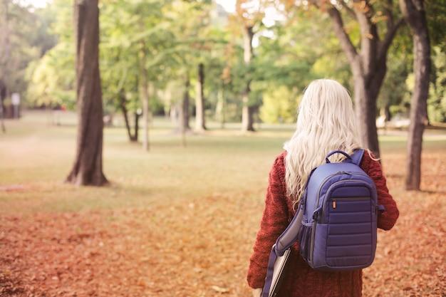 Menina loira com uma mochila