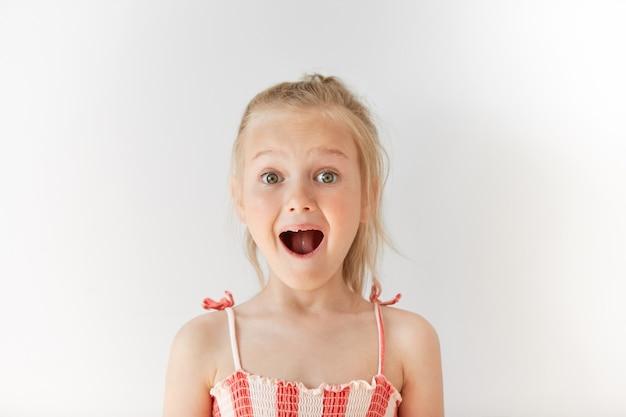 Menina loira com vestido de verão