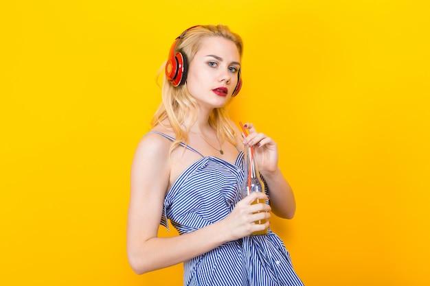 Menina loira de blusa listrada azul com fones de ouvido