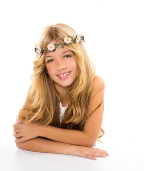 Menina loira de crianças com coroa de flores margarida de primavera