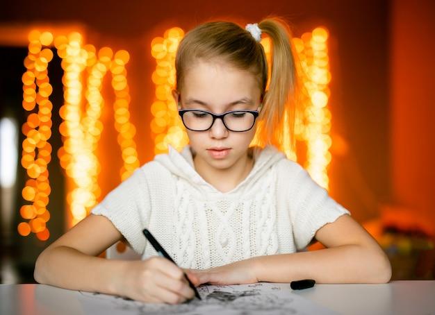 Menina loira de grandes óculos escuros desenho papai noel. tema de natal e ano novo, bokeh amarelo