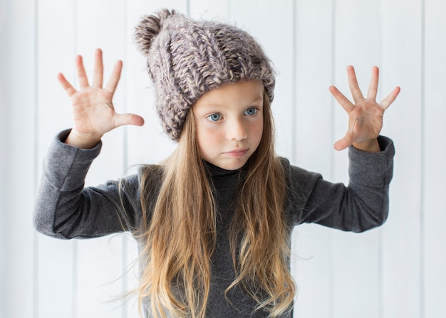 Menina loira elegante posando de moda