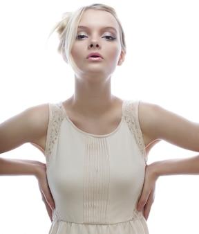 Menina loira em close-up de fundo branco