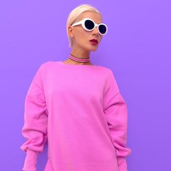 Menina loira em óculos de sol de acessórios de moda e gargantilhas. estações elegantes e brilhantes