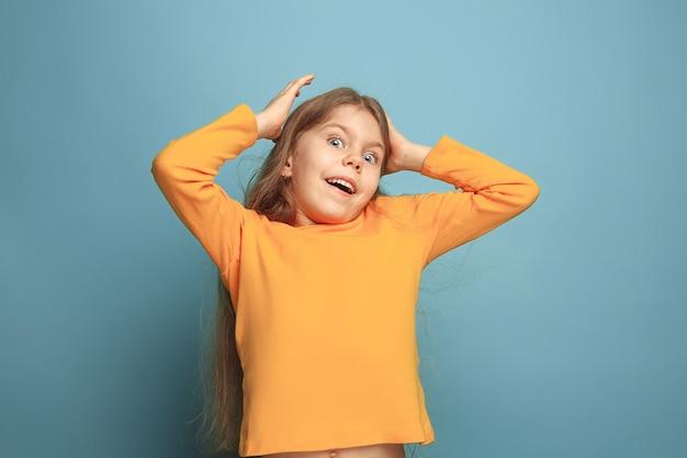 Menina loira emocional com expressão de choque