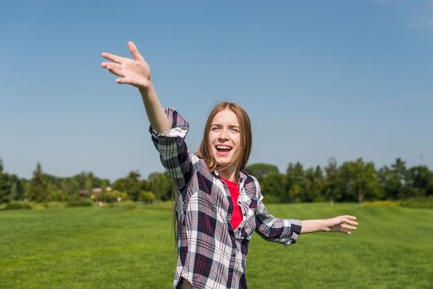 Menina loira jogando um frisbee
