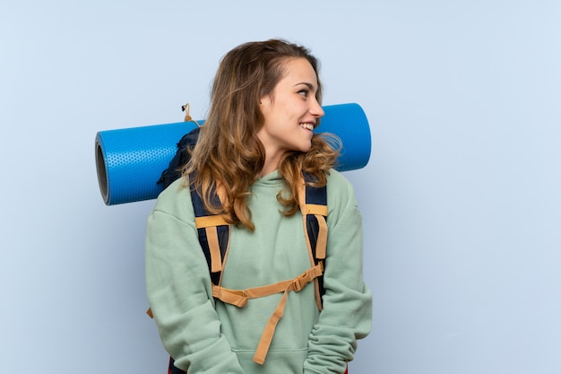 Menina loira jovem alpinista, olhando de lado