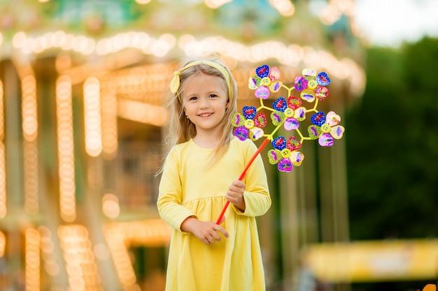 Menina loira no parque de diversões