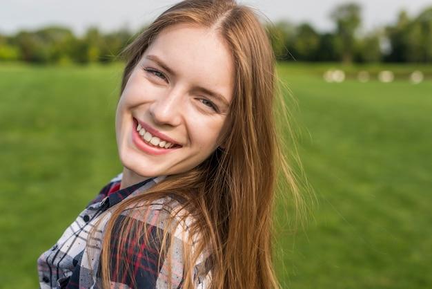 Menina loira olhando para o close-up da câmera