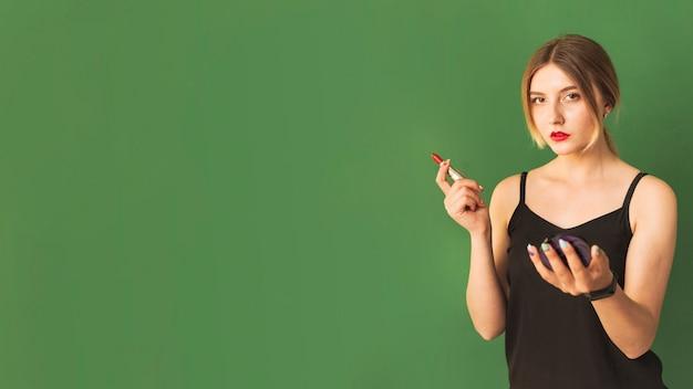 Menina loira se preparando na sala verde