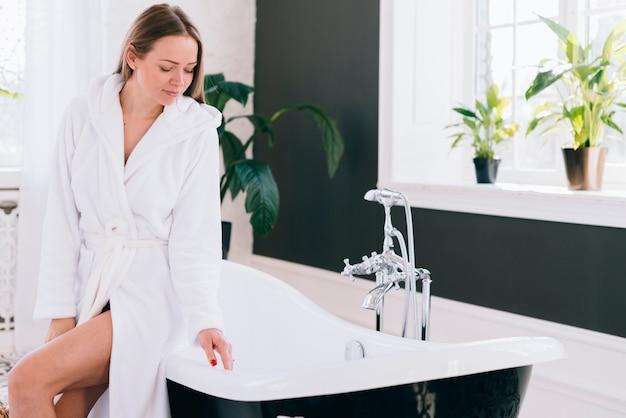 Menina loira se preparando no banheiro
