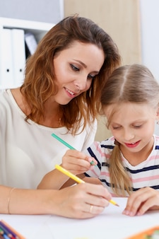 Menina loira segurar no braço lápis desenho algo