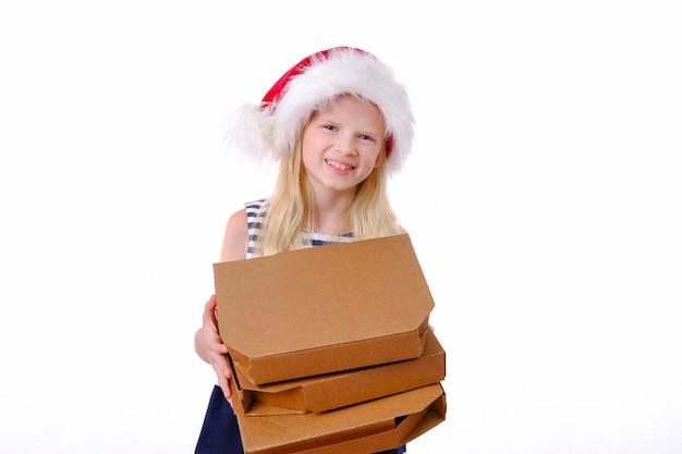 Menina loira sorridente no chapéu de papai noel de natal com caixa de pizza nas mãos
