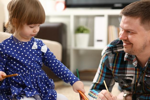 Menina loira sorridente segurar no lápis de braço
