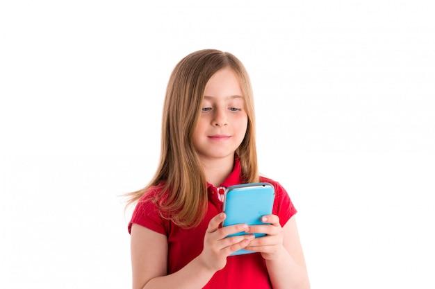 Menina loira sorrindo escrevendo dedos smartphone