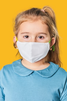 Menina loira usando máscara