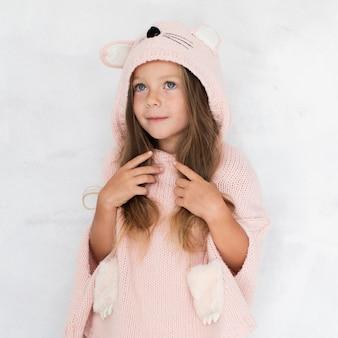 Menina loira, vestida como um gato
