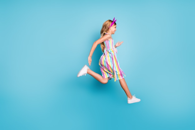 Menina louca e funky salto, diversão de verão, relaxamento