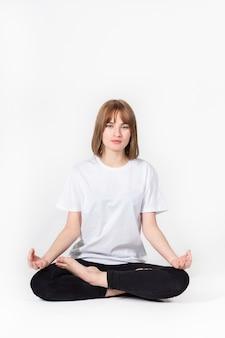 Menina meditando branco