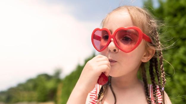 Menina menina com cerejas