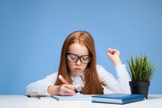 Menina, menina, estudante, fazendo lição de casa, sentada à mesa
